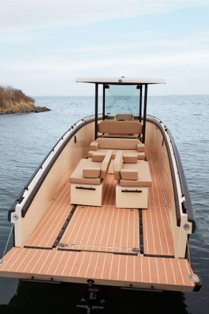 The DC25 has a single-level deck with numerous seating options.