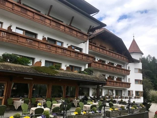 Lanerhof winkler hotel pustertal Suedtirol wellness urlaub familienhotel test kronplatz outdoor berge 01 terrasse - Der Lanerhof - Wellness, Gourmet & Sport in Südtirol