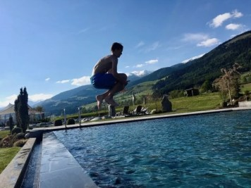 Sonnenhof_winkler_hotel_pustertal_Suedtirol_wellness_urlaub_familienhotel_test_kronplatz_outdoor_berge_012_pool_9744