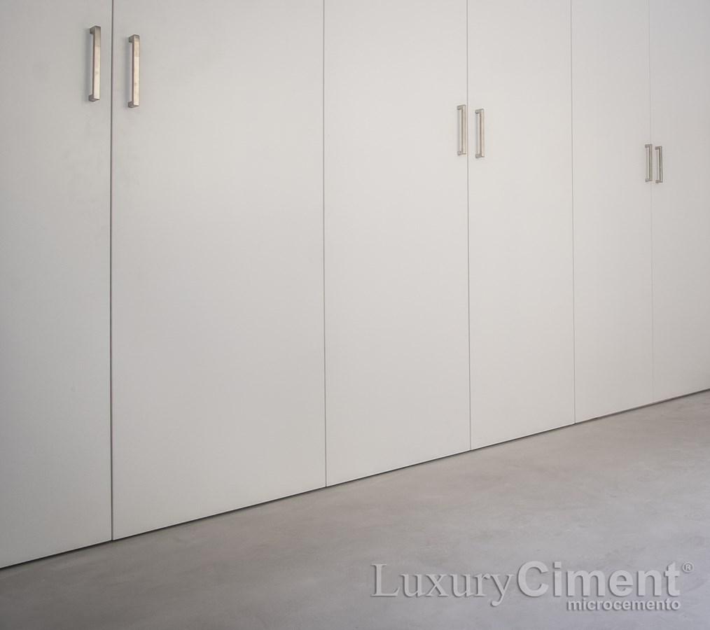 elegante suelo de una habitacion con microcemento