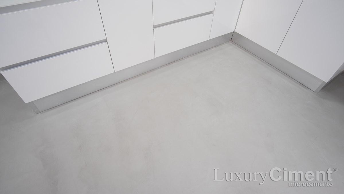 suelo continuo en cocina con microcemento