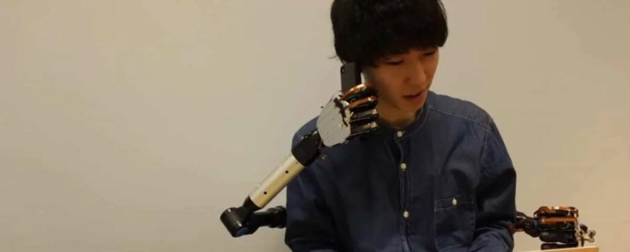 Braços robóticos que podem ser controlados pelos pés