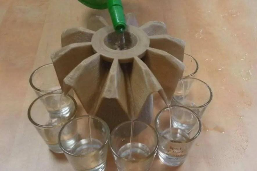 Dispenser de drinks na cor marrom com copos de bebida sendo enchidos. Veja como o dispensar para drink é utilizado