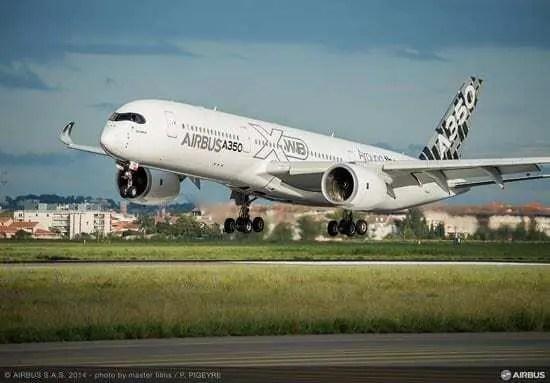 Avião AirBus A350 branco partindo de aeroporto. Continue lendo nosso post sobre impressão de peças finais em 3D