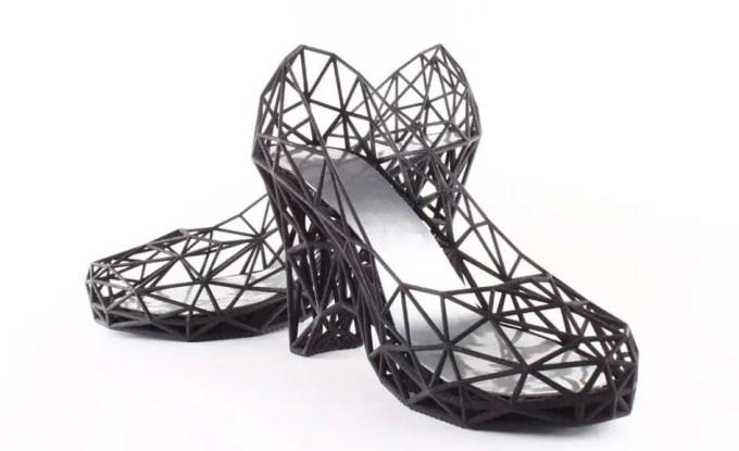 Sapato impresso em impressora 3D com detalhes vazados. Confira nosso post!