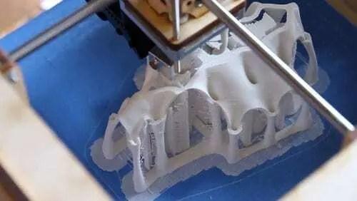 Impressora 3D imprimindo projeto feito por arquiteto. Confira nosso post!!