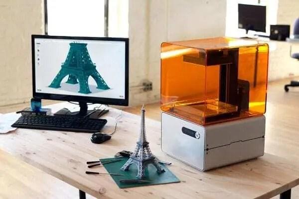 Impressora 3D imprimindo torre eifel. Continue lendo nosso post.