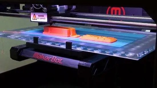 Impressora da Makerbot imprimindo projeto via FDM