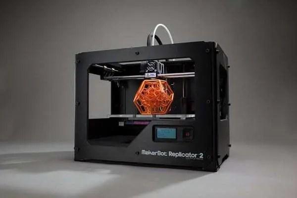 Impressora 3D da marca Makerbot com peça sendo impressa no centro. Continue lendo nosso post.