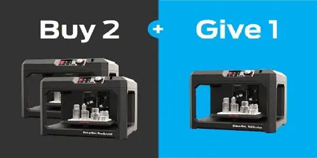 Imagem dividida em duas. Metade com fundo cinza e duas impressoras MakerBot e outra metade com fundo azul e uma impressora.