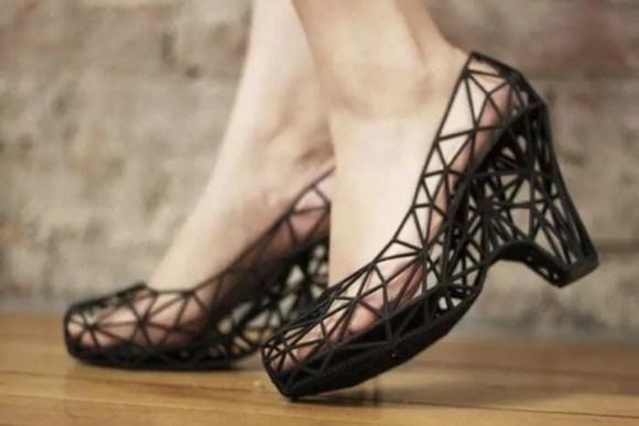Modelo usando sapato impresso em 3d na cor preta. Confira o nosso post.