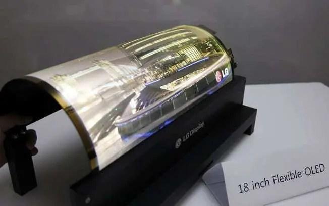 Televisão Dobrável. Televisão da LG com visor dobrado mostrando programação para demonstração do aparelho.