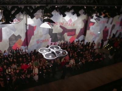 Drones de Fendi sobrevolaron el desfile para transmitirlo en vivo por Internet.