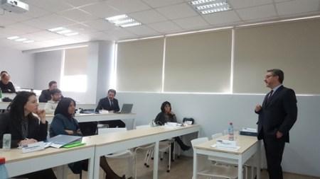 El jurista brasileño en pleno coloquio con investigadores de la Facultad de Derecho de la U. Finis Terrae.