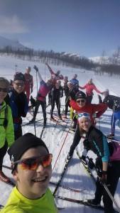 Ett gäng glada skidåkare