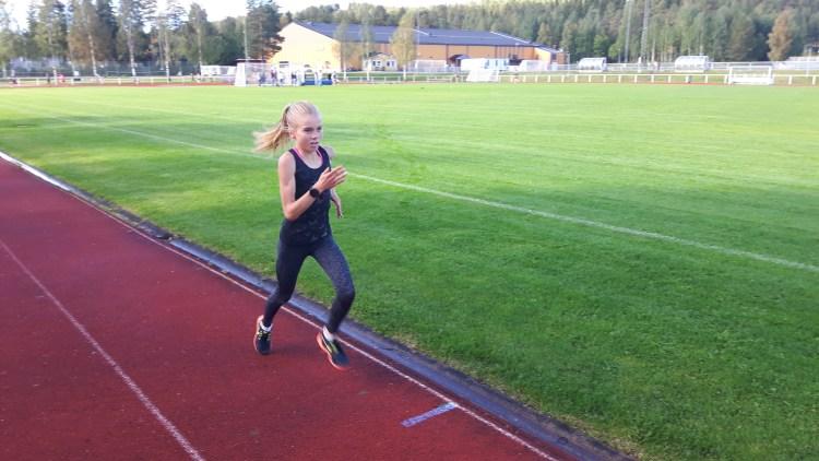 3000 meter test på Tannen. Maja-Lina Sande spurtar mot mål.