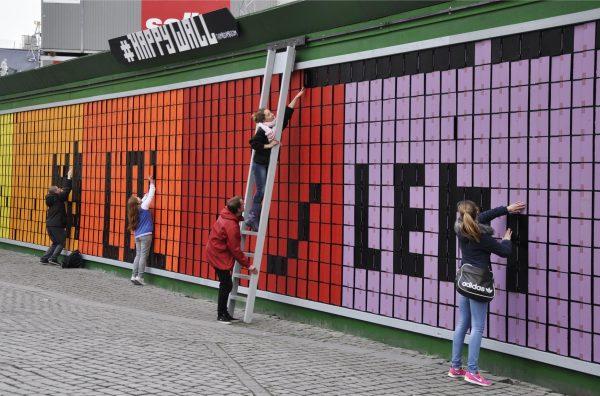 """""""Vähän parempaa Hämeensiltaa"""" Köpiksestä. Palapeliseinään saa kirjoittaa mitä tahtoo. Kuva: Copenhagen Metro"""