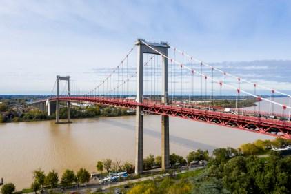 Pont d'Aquitaine entre Bordeaux et Lormont, fleuve Garonne. prise de vue en drone.