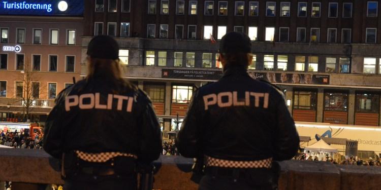 Kvinnelige politibetjenter på patrulje på Youngstorget i Oslo. (Foto: Lykten.no).