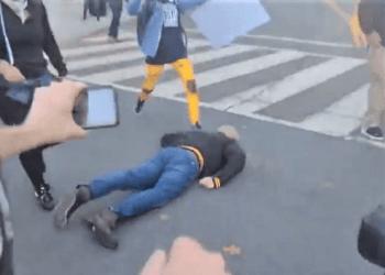 En Trump tilhenger har blitt slått bevisstløs bakfra av en Antifa/Black Lives Matter aktivist. (Skjermbilde / Twitter).
