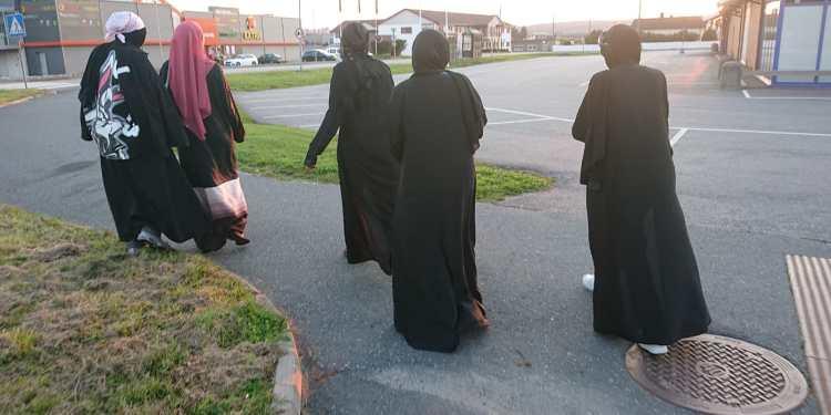 Muslimske kvinner i religiøse tvangsplagg, Selbakk, 2020. (Foto: Lykten.no).