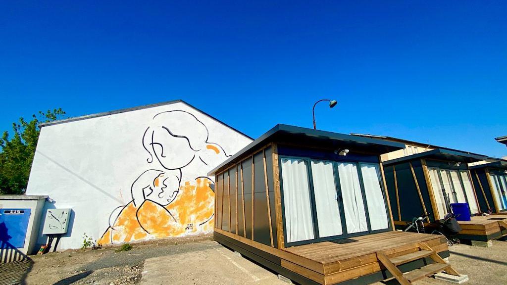 Des femmes isolées avec enfants mises à l'abri dans des tiny houses à Villeurbanne