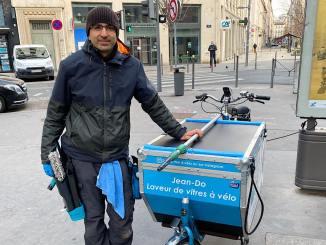 Jean-Dominique Rotella a changé de métier... d'opticien à laveur de vitres en vélo-cargo