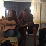 Malte und Lina spielen Gitarre.