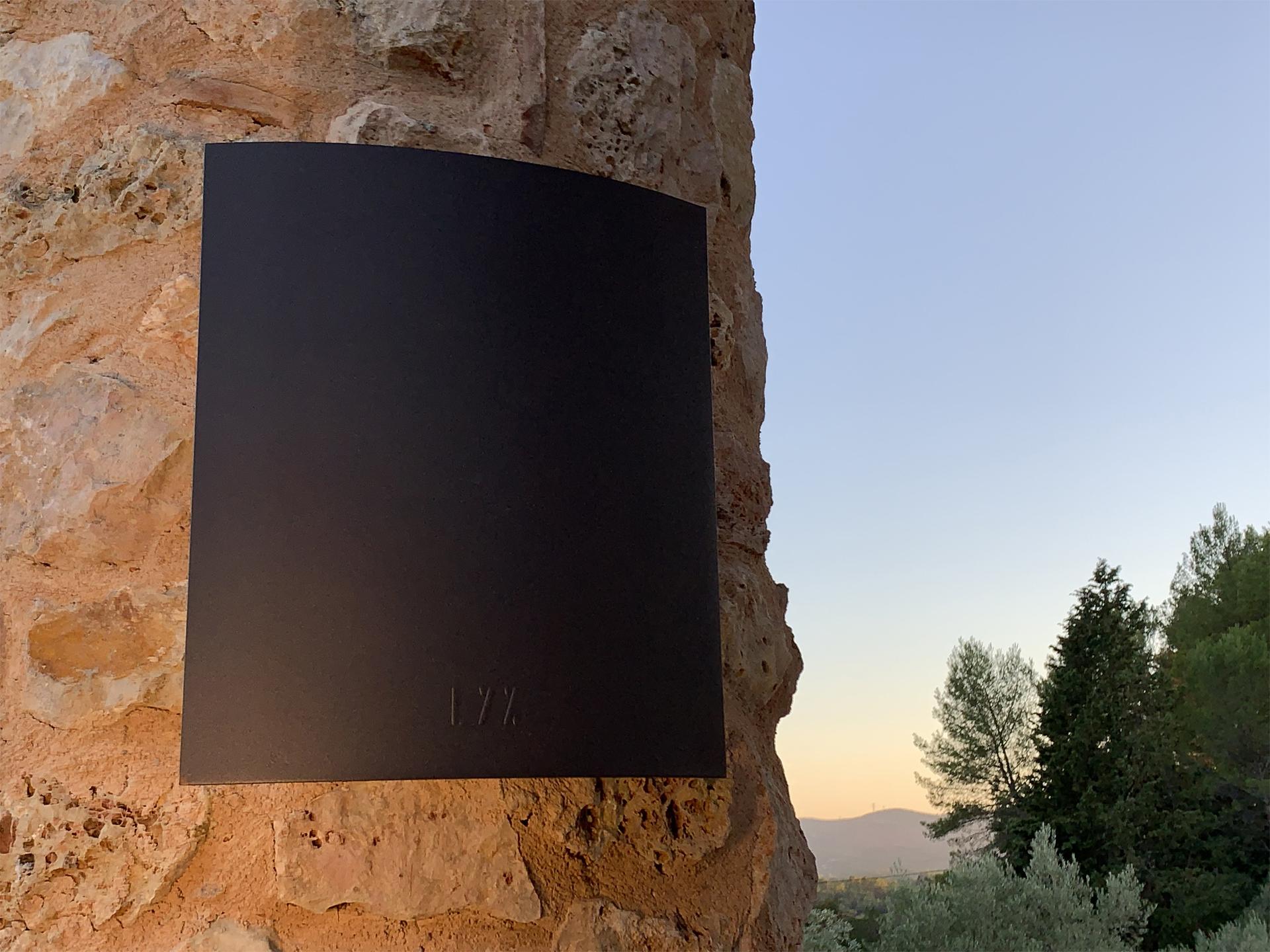 L' applique extérieure murale AP 010 LYX Luminaires est fabriquée en acier inoxydable rouille Corten. L' applique extérieure puissante est équipée d'une source LED basse consommation performante. Cette lampe murale d'extérieur fait partie avec les appliques murales solaires LYX Luminaires de la vaste collection d' appliques extérieures murales LYX Luminaires. L' applique extérieure design AP 010 est idéale pour l'éclairage de pilier, l'éclairage de portail, l'éclairage d'entrée, l'éclairage de terrasses, l'éclairage de balcons. Une applique extérieure murale design pour un éclairage moderne et un éclairage puissant. / Lampe extérieure jardin pour un éclairage extérieur design. Version lampe solaire jardin ou lampe jardin LED. Cette lampe de jardin ou lampe terrasse est une lampe de jardin avec détecteur. Fabriquée en acier, la lampe jardin détecteur permet un éclairage solaire ou un éclairage LED puissant selon le modèle choisi. Découvrez la collection de luminaires extérieurs constituée de lampes solaires et lampes LED. Vaste collection d'appliques extérieures / appliques murales : applique murale extérieure solaire, applique murale LED, applique extérieure design. Les appliques extérieures murales sont de fabrication française. Lampe solaire idéale pour l'éclairage de terrasses, de jardin. Lampe solaire terrasse, lampe extérieure terrasse permettant un éclairage performant. La lampe extérieure est équipée d'un détecteur de présence. Le luminaire extérieur doté d'un détecteur de mouvement, éclaire au passage d'une personne d'une voiture. Lampe extérieure détecteur puissante et efficace, au design épuré et moderne. Cette applique extérieure fait partie de la vaste collection d'appliques murales extérieures composée d'appliques murales LED et appliques murales solaires. Lampe murale LED fabriquée en acier comme toutes nos lampes murales (lampe murale LED et lampe solaire murale). Cette lampe murale extérieure diffuse un éclairage puissant. C'est une applique murale d
