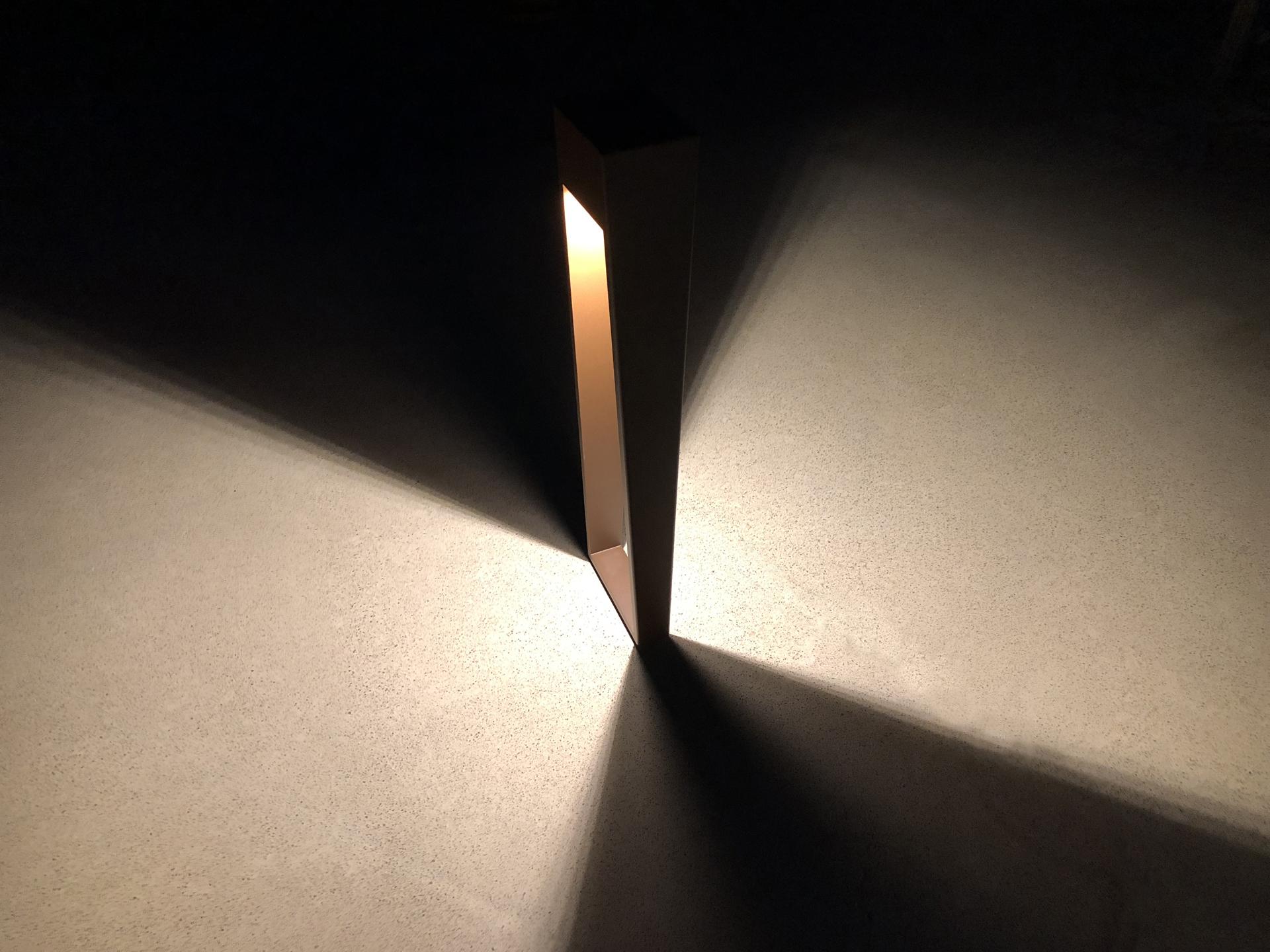 La borne d'extérieur BNL 900 LYX Luminaires est un luminaire extérieur fabriqué en acier inoxydable rouille Corten ou gris anthracite équipé d'une source LED basse consommation performante. Cette borne d'extérieur fait partie avec les bornes extérieures solaires LYX Luminaires de la vaste collection de balises extérieures LYX Luminaires. La borne d'extérieur LED BNL 900 est idéale pour l'éclairage d'allée, l'éclairage de jardins, le balisage de chemins. Cette lampe extérieure design offre un éclairage moderne. Comme tous les luminaires extérieurs LYX Luminaires, les bornes solaires et bornes extérieures LED sont de conception et de fabrication française. / Lampe extérieure jardin pour un éclairage extérieur design. Version lampe solaire jardin ou lampe jardin LED. Cette lampe de jardin ou lampe terrasse est une lampe de jardin avec détecteur. Fabriquée en acier, la lampe jardin détecteur permet un éclairage solaire ou un éclairage LED puissant selon le modèle choisi. Découvrez la collection de luminaires extérieurs constituée de lampes solaires et lampes LED. Vaste collection d'appliques extérieures / appliques murales : applique murale extérieure solaire, applique murale LED, applique extérieure design. Les appliques extérieures murales sont de fabrication française. Lampe solaire idéale pour l'éclairage de terrasses, de jardin. Lampe solaire terrasse, lampe extérieure terrasse permettant un éclairage performant. La lampe extérieure est équipée d'un détecteur de présence. Le luminaire extérieur doté d'un détecteur de mouvement, éclaire au passage d'une personne d'une voiture. Lampe extérieure détecteur puissante et efficace, au design épuré et moderne.