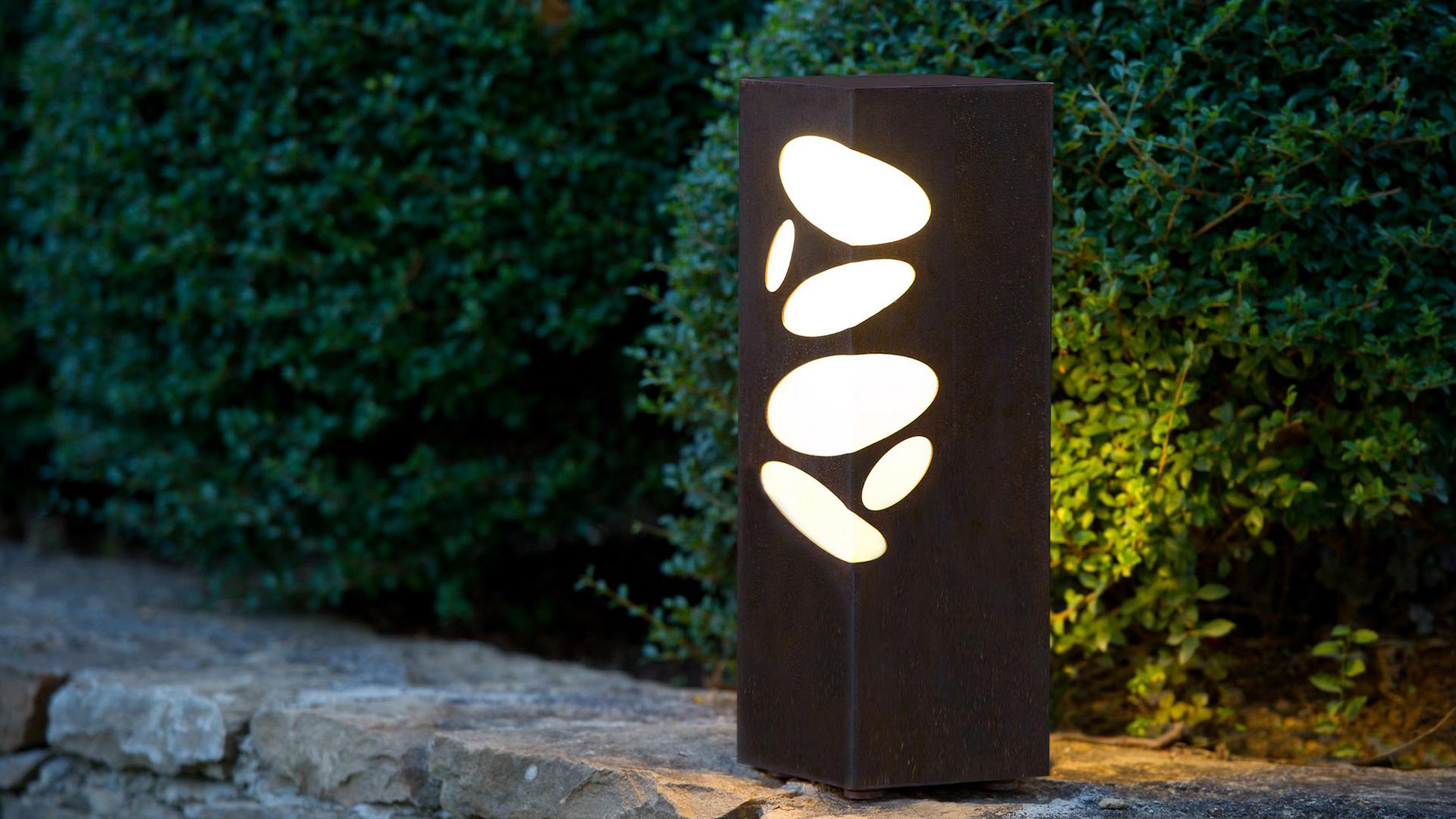 Borne lumineuse LED en acier inoxydable, rouille Corten ou gris anthracite. Cette borne lumineuse extérieure LED permet un éclairage performant et original avec ses motifs lumineux galets. La borne extérieure lumineuse LED BN 011 s'adapte à tout type d'environnement et est idéale pour l'éclairage d'allée, l'éclairage de jardin, le balisage de chemin. Comme toutes les bornes lumineuses d'extérieur LYX Luminaires, bornes solaires ou bornes extérieures LED, la borne lumineuse extérieure BN 011 est de conception et de fabrication française.