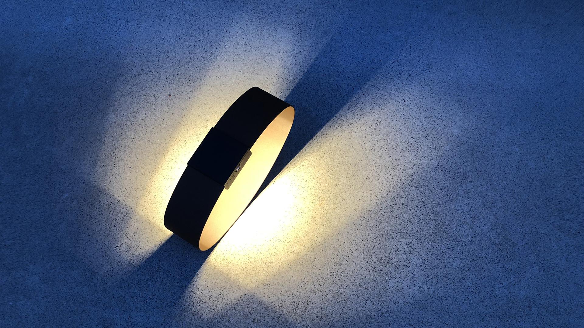 Cette pièce unique, sculpture lumineuse et lampe extérieure solaire au design moderne, offre un éclairage performant. Ce luminaire extérieur design fait office de cadran solaire le jour et de lampe d'extérieur la nuit. Borne solaire extérieure originale, RING est une lampe de jardin à la fois lampe d'extérieur et sculpture pour agrémenter l'espace de manière originale. Ce luminaire extérieur design est une création originale signée LYX Luminaires et désignée par Claude Robin. La lampe extérieure solaire RING rejoint les créations lumineuses LYX Luminaires, aux côtés des collections de lampes solaires et lampes extérieures LED. La collection de luminaires d'extérieur LYX Luminaires se compose d'applique murale solaire, de borne extérieure solaire, de lanterne solaire, d'applique murale LED, de borne extérieure LED, de spot extérieur LED. Toute les lampes extérieures LYX Luminaires sont de fabrication française. Elles offrent un éclairage performant et un éclairage original grâce à leur design moderne. Nos lampes extérieures sont des lampes extérieures de qualité, des lampes design, des lampes autonomes et équipées de détecteur de mouvement / détecteur de présence.