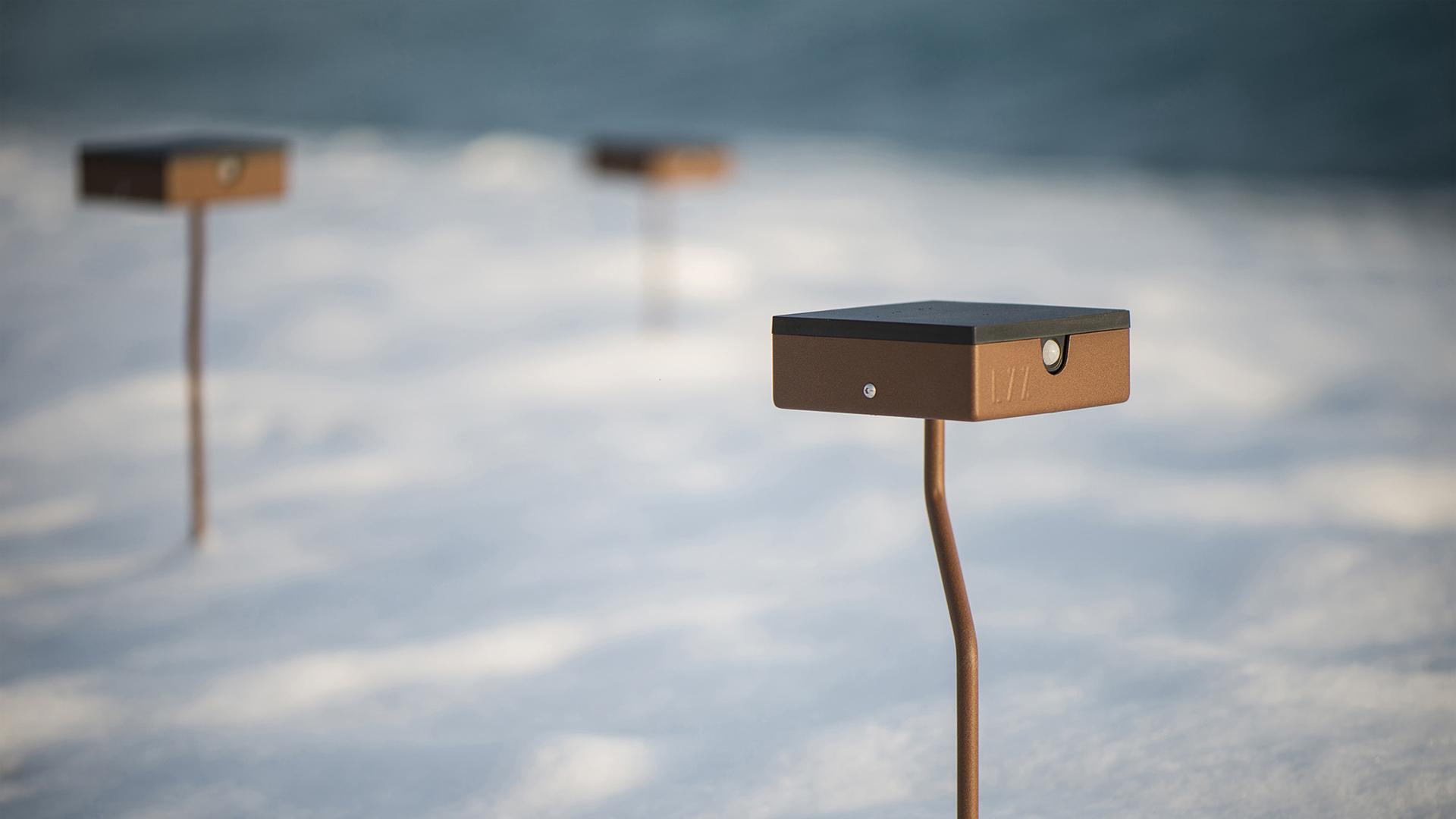 Bornes solaires extérieures en acier inoxydable, rouille Corten ou gris anthracite. Borne extérieure solaire avec un éclairage performant équipée d'un détecteur de présence. Comme toutes les bornes solaires extérieures LYX Luminaires ce luminaire extérieur est une lampe solaire autonome, de conception et de fabrication française.