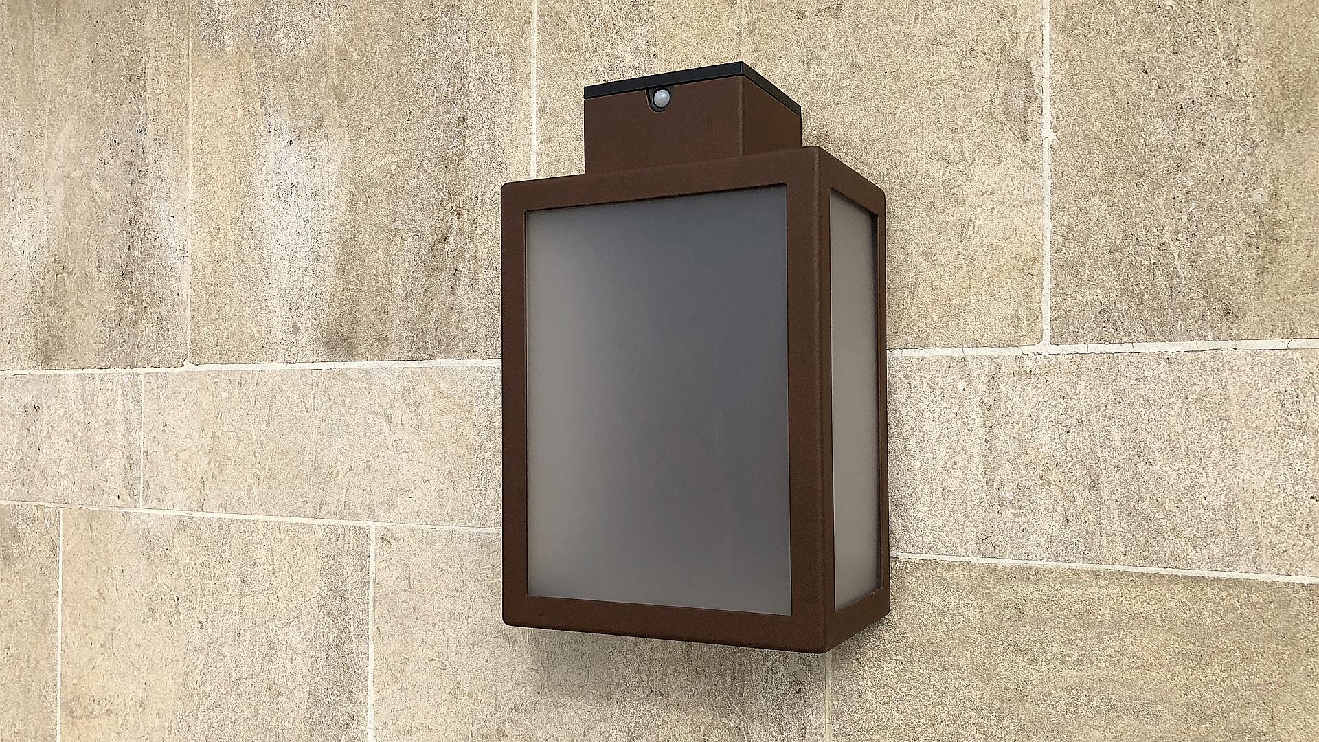 L' applique extérieure solaire APS 030 LYX Luminaires est fabriquée en acier rouille Corten. Cette applique extérieure solaire puissante est équipée d'un capteur solaire performant. Cette lampe extérieure murale solaire fait partie avec les appliques murales LED basse consommation LYX Luminaires de la vaste collection d' appliques murales extérieures LYX Luminaires. L'applique murale design APS 030 est idéale pour l'éclairage de piliers, l'éclairage de portail, l'éclairage de façade, l'éclairage d'entrée, l'éclairage de terrasses, l'éclairage de balcons. Une applique extérieure solaire design pour un éclairage mural moderne et un éclairage mural puissant. / Lampe extérieure jardin pour un éclairage extérieur design. Version lampe solaire jardin ou lampe jardin LED. Cette lampe de jardin ou lampe terrasse est une lampe de jardin avec détecteur. Fabriquée en acier, la lampe jardin détecteur permet un éclairage solaire ou un éclairage LED puissant selon le modèle choisi. Découvrez la collection de luminaires extérieurs constituée de lampes solaires et lampes LED. Vaste collection d'appliques extérieures / appliques murales : applique murale extérieure solaire, applique murale LED, applique extérieure design. Les appliques extérieures murales sont de fabrication française. Lampe solaire idéale pour l'éclairage de terrasses, de jardin. Lampe solaire terrasse, lampe extérieure terrasse permettant un éclairage performant. La lampe extérieure est équipée d'un détecteur de présence. Le luminaire extérieur doté d'un détecteur de mouvement, éclaire au passage d'une personne d'une voiture. Lampe extérieure détecteur puissante et efficace, au design épuré et moderne. Cette applique extérieure fait partie de la vaste collection d'appliques murales extérieures composée d'appliques murales LED et appliques murales solaires. Lampe murale LED fabriquée en acier comme toutes nos lampes murales (lampe murale LED et lampe solaire murale). Cette lampe murale extérieure diffuse un éclaira