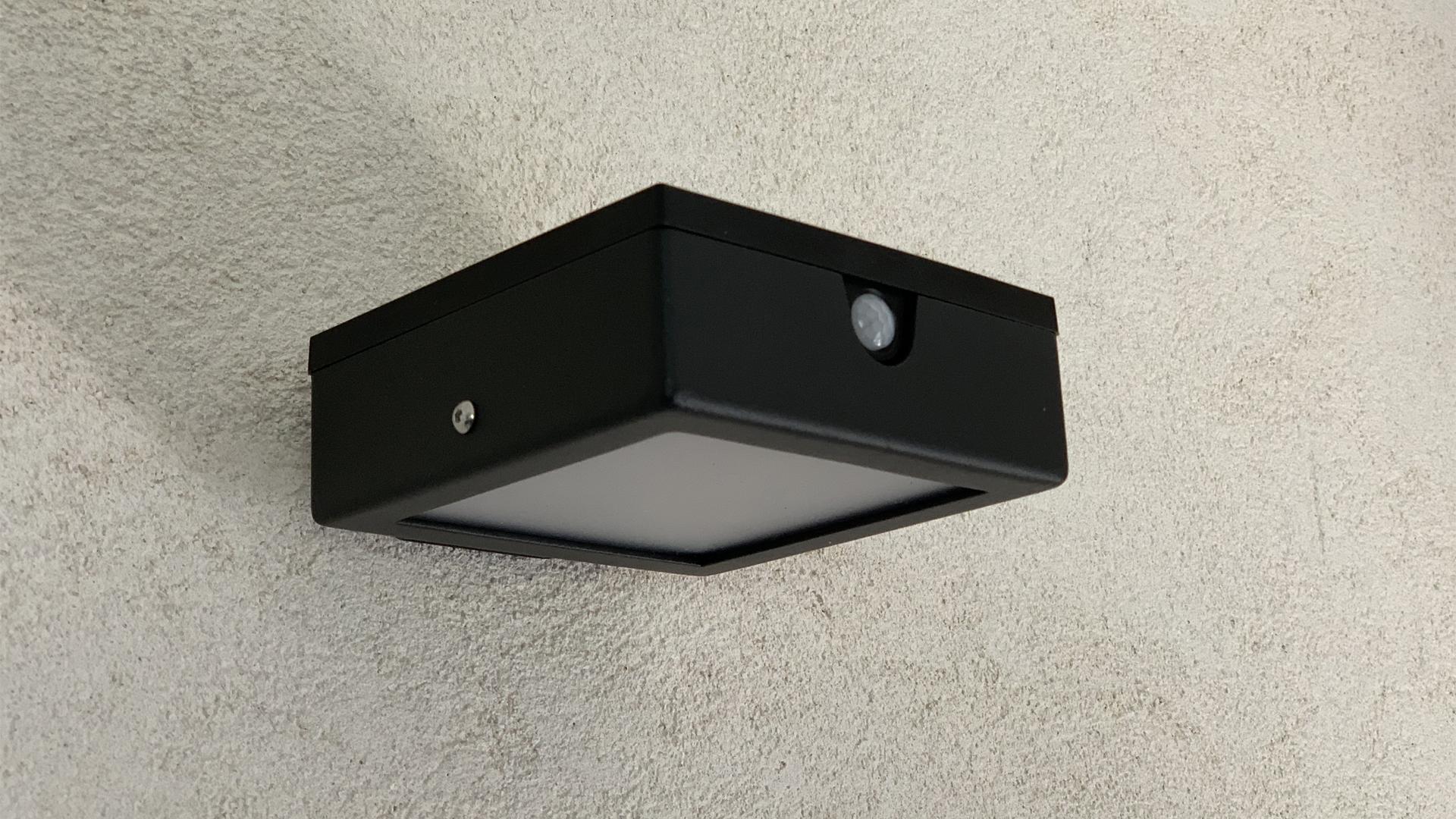 Cette applique murale solaire d'extérieur LYX Luminaires est fabriquée en acier, disponible en acier rouille Corten ou gris anthracite. L'applique extérieure murale APS 010 est une lampe autonome, applique murale équipée d'un capteur solaire performant. Nos appliques murales design sont idéales pour l'éclairage de piliers, l'éclairage de portail, l'éclairage de façade, l'éclairage d'entrée, l'éclairage de terrasses, l'éclairage de balcons. Luminaire solaire extérieur design pour un éclairage de qualité. / Lampe extérieure jardin pour un éclairage extérieur design. Version lampe solaire jardin ou lampe jardin LED. Cette lampe de jardin ou lampe terrasse est une lampe de jardin avec détecteur. Fabriquée en acier, la lampe jardin détecteur permet un éclairage solaire ou un éclairage LED puissant selon le modèle choisi. Découvrez la collection de luminaires extérieurs constituée de lampes solaires et lampes LED. Vaste collection d'appliques extérieures / appliques murales : applique murale extérieure solaire, applique murale LED, applique extérieure design. Les appliques extérieures murales sont de fabrication française. Lampe solaire idéale pour l'éclairage de terrasses, de jardin. Lampe solaire terrasse, lampe extérieure terrasse permettant un éclairage performant. La lampe extérieure est équipée d'un détecteur de présence. Le luminaire extérieur doté d'un détecteur de mouvement, éclaire au passage d'une personne d'une voiture. Lampe extérieure détecteur puissante et efficace, au design épuré et moderne. Cette applique extérieure fait partie de la vaste collection d'appliques murales extérieures composée d'appliques murales LED et appliques murales solaires. Lampe murale LED fabriquée en acier comme toutes nos lampes murales (lampe murale LED et lampe solaire murale). Cette lampe murale extérieure diffuse un éclairage puissant. C'est une applique murale design équipée d'un détecteur de présence / lampe détecteur pour jardin, terrasses, allées. Nos appliques extérieure