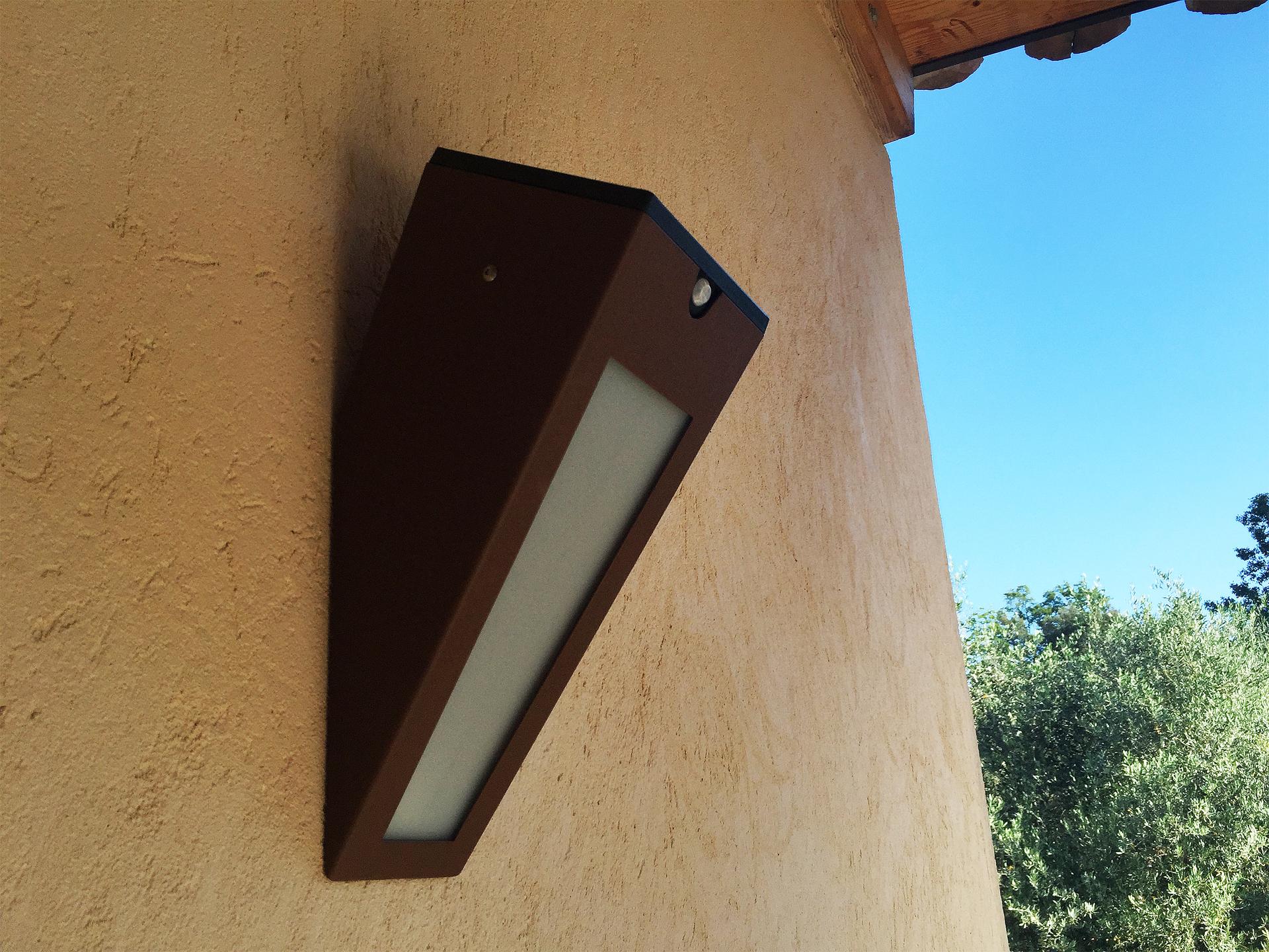 L'applique solaire murale APS 020 LYX Luminaires est fabriquée en acier rouille Corten. Cette applique solaire murale d'extérieur puissante est équipée d'un capteur solaire performant. Cette lampe solaire murale extérieure fait partie avec les appliques murales LED basse consommation LYX Luminaires de la vaste collection d' appliques murales extérieures LYX Luminaires. L'applique murale design APS 020 est idéale pour l'éclairage de piliers, l'éclairage de portail, l'éclairage de façade, l'éclairage d'entrée, l'éclairage de terrasses, l'éclairage de balcons. Une applique solaire murale design pour un éclairage extérieur moderne et un éclairage extérieur puissant. / Lampe extérieure jardin pour un éclairage extérieur design. Version lampe solaire jardin ou lampe jardin LED. Cette lampe de jardin ou lampe terrasse est une lampe de jardin avec détecteur. Fabriquée en acier, la lampe jardin détecteur permet un éclairage solaire ou un éclairage LED puissant selon le modèle choisi. Découvrez la collection de luminaires extérieurs constituée de lampes solaires et lampes LED. Vaste collection d'appliques extérieures / appliques murales : applique murale extérieure solaire, applique murale LED, applique extérieure design. Les appliques extérieures murales sont de fabrication française. Lampe solaire idéale pour l'éclairage de terrasses, de jardin. Lampe solaire terrasse, lampe extérieure terrasse permettant un éclairage performant. La lampe extérieure est équipée d'un détecteur de présence. Le luminaire extérieur doté d'un détecteur de mouvement, éclaire au passage d'une personne d'une voiture. Lampe extérieure détecteur puissante et efficace, au design épuré et moderne. Cette applique extérieure fait partie de la vaste collection d'appliques murales extérieures composée d'appliques murales LED et appliques murales solaires. Lampe murale LED fabriquée en acier comme toutes nos lampes murales (lampe murale LED et lampe solaire murale). Cette lampe murale extérieure diffuse un 