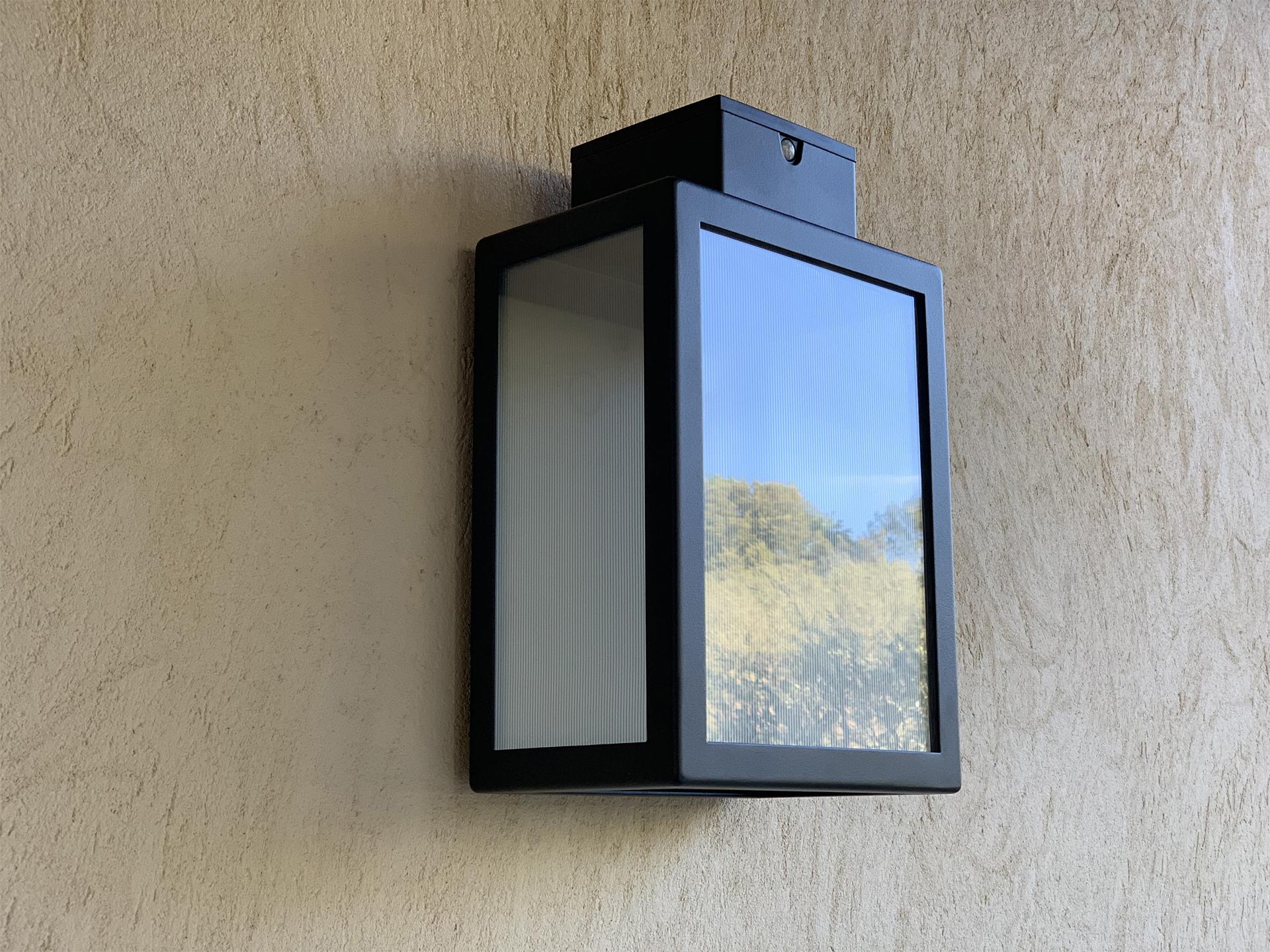 L' applique extérieure solaire APS 030 LYX Luminaires est fabriquée en acier rouille Corten. Cette applique extérieure solaire puissante est équipée d'un capteur solaire performant. Cette lampe extérieure murale solaire fait partie avec les appliques murales LED basse consommation LYX Luminaires de la vaste collection d' appliques murales extérieures LYX Luminaires. L'applique murale design APS 030 est idéale pour l'éclairage de piliers, l'éclairage de portail, l'éclairage de façade, l'éclairage d'entrée, l'éclairage de terrasses, l'éclairage de balcons. Une applique extérieure solaire design pour un éclairage mural moderne et un éclairage mural puissant.