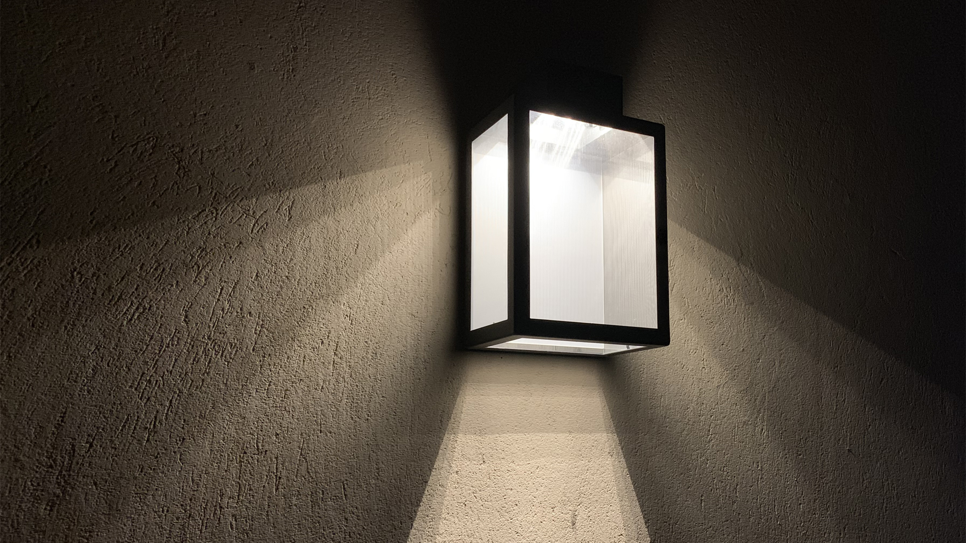 L'applique extérieure solaire APS 030 LYX Luminaires est fabriquée en acier rouille Corten. Cette applique extérieure solaire puissante est équipée d'un capteur solaire performant. Cette lampe extérieure murale solaire fait partie avec les appliques murales LED basse consommation LYX Luminaires de la vaste collection d' appliques murales extérieures LYX Luminaires. L'applique murale design APS 030 est idéale pour l'éclairage de piliers, l'éclairage de portail, l'éclairage de façade, l'éclairage d'entrée, l'éclairage de terrasses, l'éclairage de balcons. Une applique extérieure solaire design pour un éclairage mural moderne et un éclairage mural puissant.