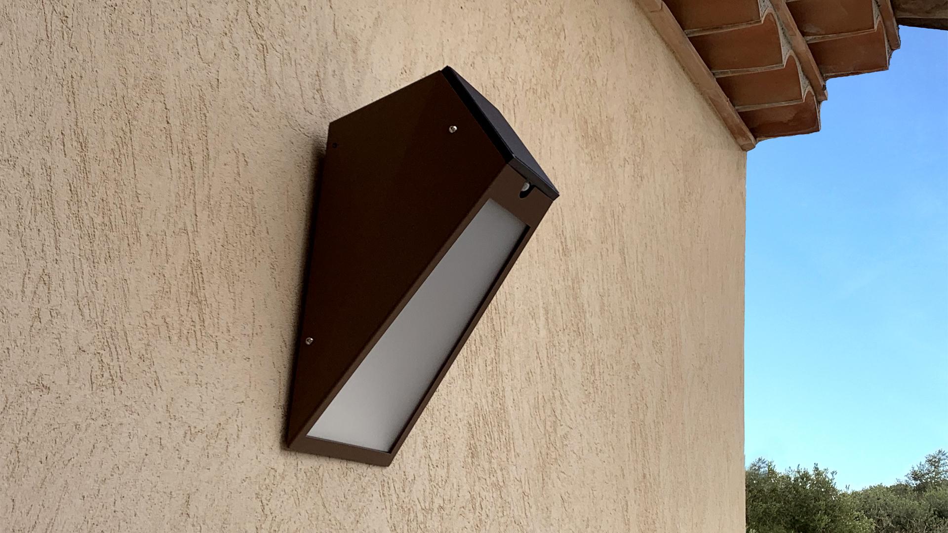 L'applique solaire extérieure APS 025 LYX Luminaires est fabriquée en acier rouille Corten. Cette applique murale solaire puissante d'extérieur est équipée d'un capteur solaire performant. Cette lampe solaire extérieure murale fait partie avec les appliques murales LED basse consommation LYX Luminaires de la vaste collection d' appliques murales extérieures LYX Luminaires. L'applique murale design APS 025 est idéale pour l'éclairage de piliers, l'éclairage de portail, l'éclairage de façade, l'éclairage d'entrée, l'éclairage de terrasses, l'éclairage de balcons. Une applique solaire extérieure design pour un éclairage mural moderne et un éclairage mural puissant.