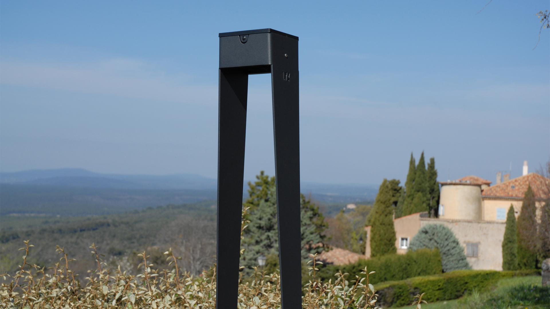 La borne d'éclairage extérieure BTS 900 est une borne extérieure solaire édité par LYX Luminaires fabriquée en acier inoxydable. Cette borne d'éclairage solaire permet un éclairage performant et un éclairage puissant. La borne d'éclairage extérieure solaire BTS 900 dispose d'un capteur solaire performant. La balise extérieure solaire BTS 900 est une lampe autonome solaire idéale pour l'éclairage d'entrée, l'éclairage de terrasses, l'éclairage de jardins. La lampe extérieure solaire BTS 900 est équipée d'un détecteur de mouvement / détecteur de présence. Cette borne de jardin, lampe de terrasse s'adaptant à tout type d'environnement architectural est idéale pour éclairer votre extérieur. Les lampes solaires extérieures LYX Luminaires offrent un éclairage design un éclairage original et un éclairage moderne.