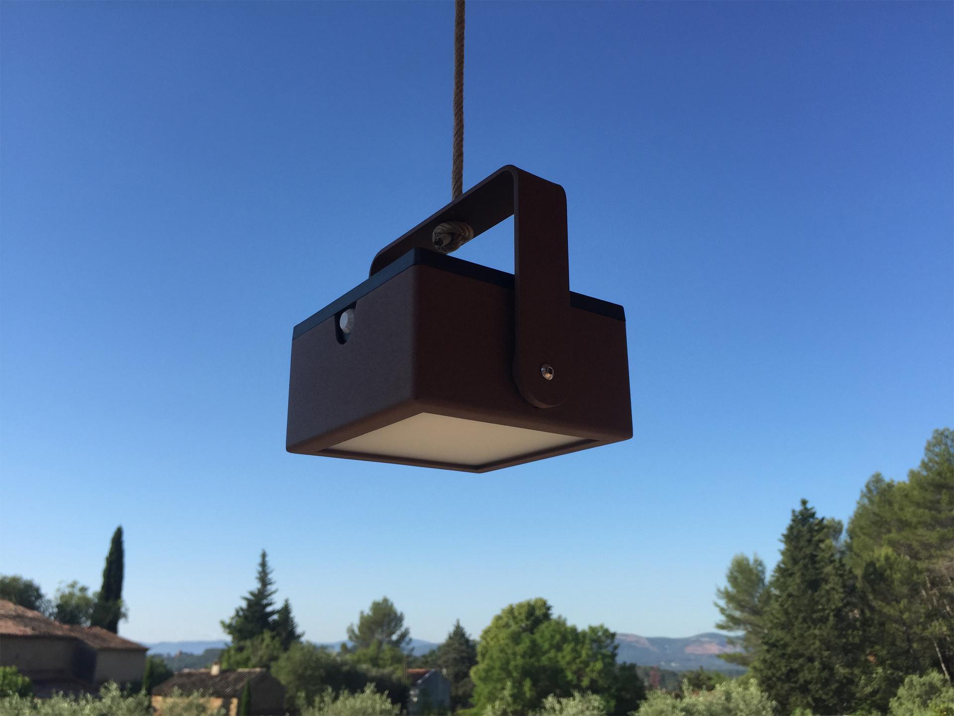 La lanterne extérieure LYXY est une lanterne extérieure solaire, elle compose avec les lanternes extérieures solaires, appliques murales solaires et bornes solaires la collection des luminaires extérieurs solaires LYX Luminaires. Cette lanterne extérieure est fabriquée en acier inoxydable. C'est une lampe extérieure solaire et lampe autonome, équipée d'un détecteur de présence / détecteur de mouvement. La lanterne solaire extérieure LYXY est idéale pour l'éclairage de jardin, l'éclairage de terrasses, l'éclairage de balcon. Lanterne extérieure design pour un éclairage moderne.