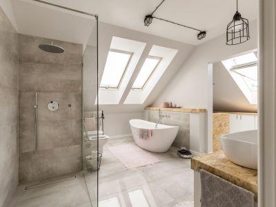 du papier peint dans une salle de bains