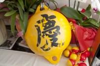 アラスカに流れ着いた浮き球は三浦さんの手に戻り、店内に飾られている。