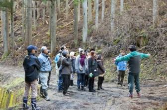佐藤さんは森林見学会や林業体験を積極的に展開している。参加h差は、みんな南三陸の山の美しさに感嘆する。