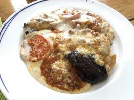 ギリシャの伝統料理「ムサカ」ドリアのようになっていて、こんがり焼いたチーズの下にはナスやトマトにじゃがいもなどがどっさりと!