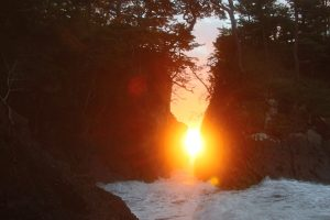 【2021年10月下旬】「神割崎」の岩間からの日の出