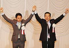 参院選勝利へ支援を呼び掛ける山口代表(右)と谷あい氏=31日