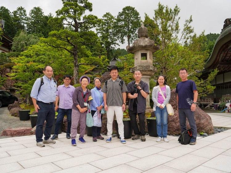 恵光院さんに庭で集合写真。