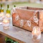 Une décoration et une urne de mariage en bois