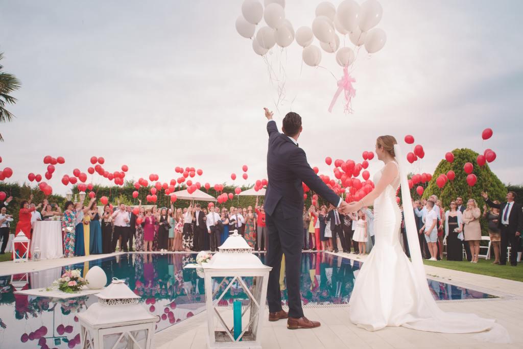 couple de mariés avec des ballons